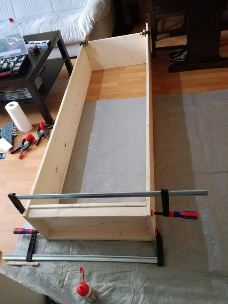 Assembly of the side of the DIY wood book shelf