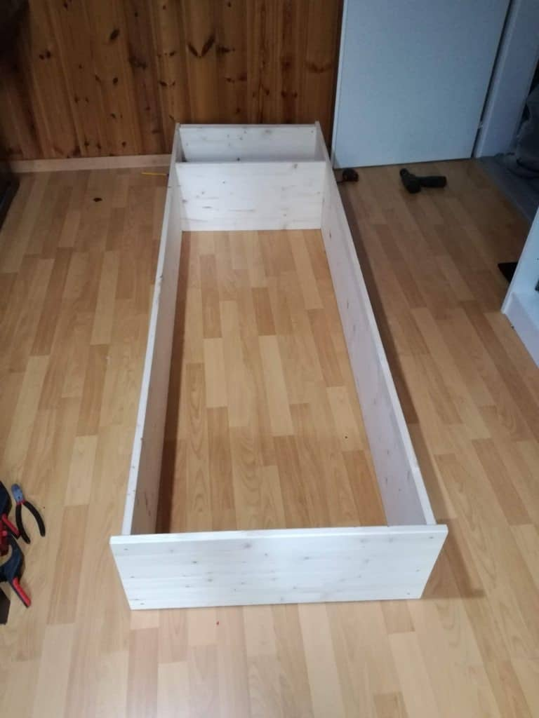Assembly of the boards for our DIY wood book shelf